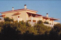 Einfamilienhaus bei Loutraki mit Tennisplatz, großen Grundstück und herrlicher Aussicht